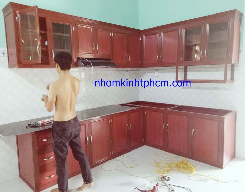 Đóng tủ bếp nhôm kính vân gỗ giá rẻ quận 6 HCM