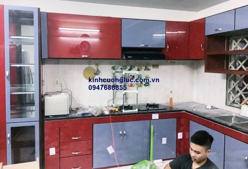 Tủ bếp khung nhôm ốp kính màu
